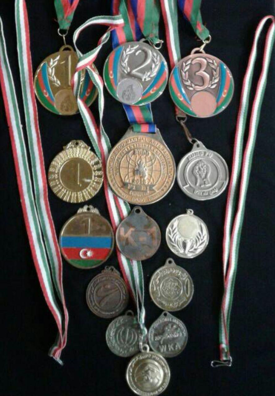 مدال های حسن جمشیدی که برای کمک به زلزله زدگان کرمانشاه فروخت